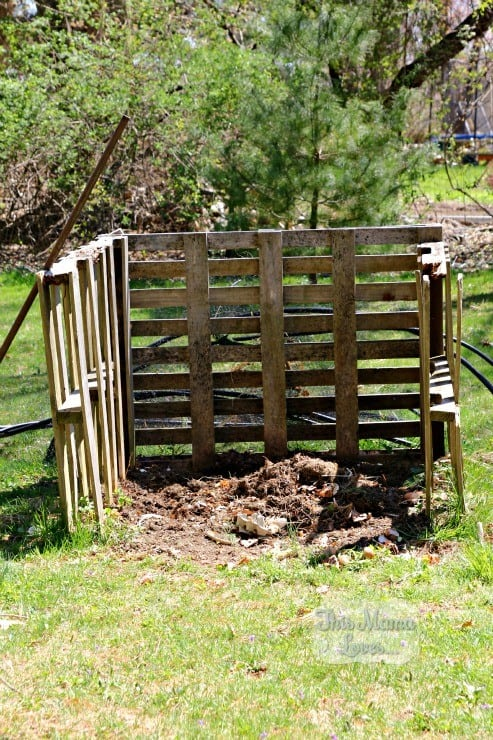 compost bin made with pallets