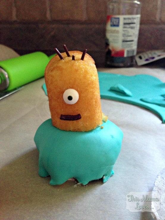 minion-cupcake-fondant