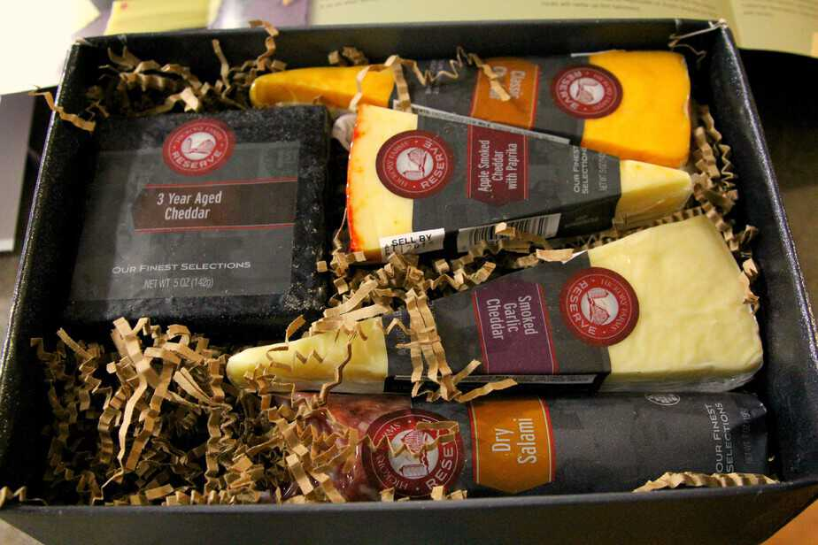hickory-farms-Cheddar-Flight-Salami