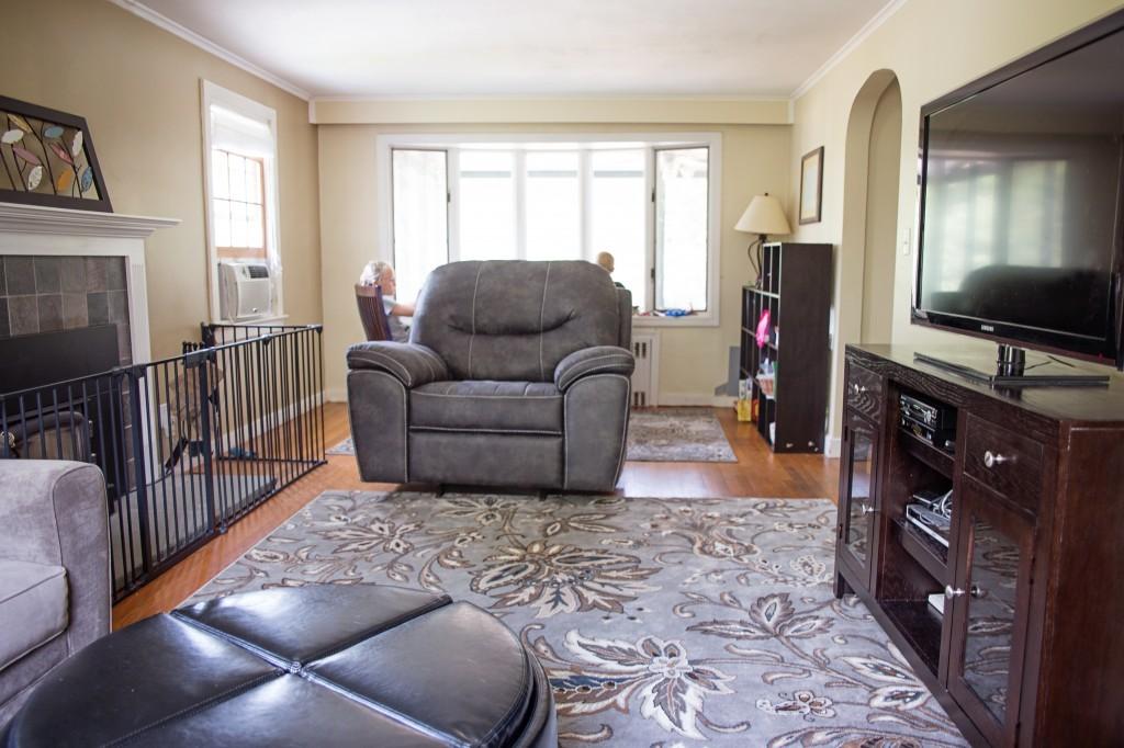 small-living-room-design-idea-bay-window