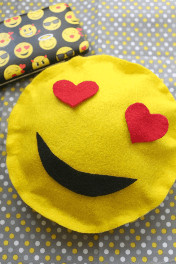 How to Make a No Sew Heart Face Emoji Pillow | This Mama Loves
